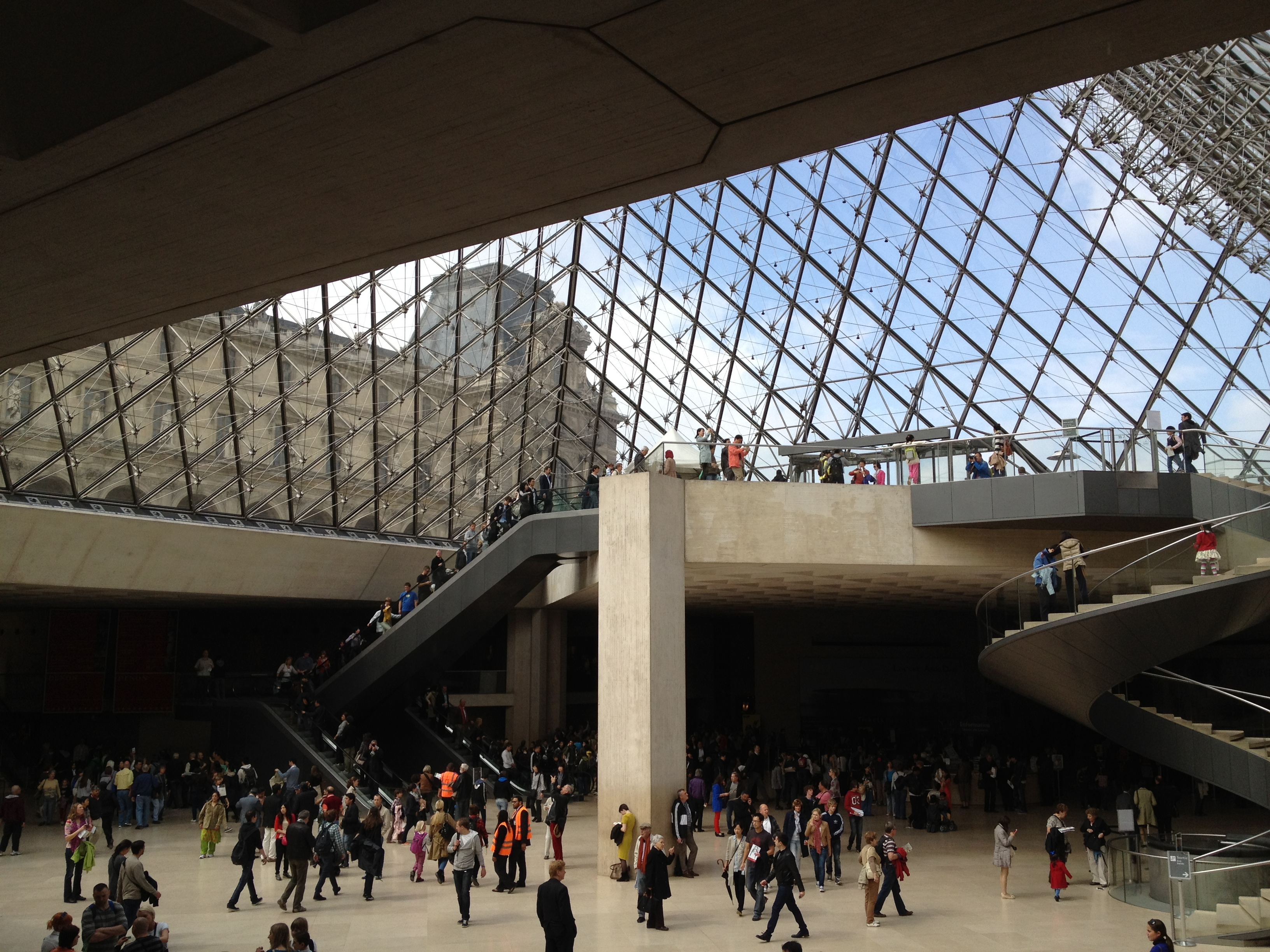 Image gallery inside musee du louvre for Interieur pyramide